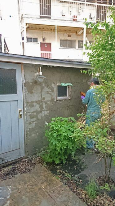 防水セメントを塗ります
